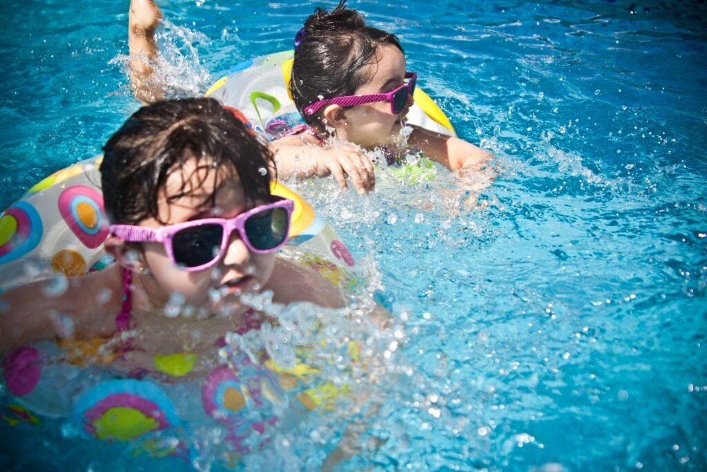 Дети в воде купаются